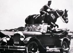 愛車のクライスラーを飛び越えてみせるのが西とウラヌスの得意技だった。