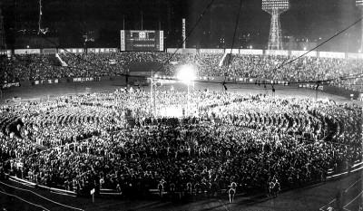 後楽園球場に4万人の大観衆が詰めかけた