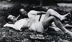 友の大山澄太(手前)と草に寝ころぶ山頭火