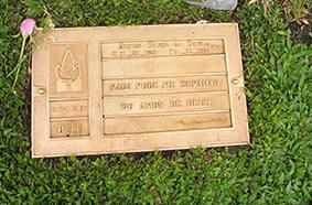 埋葬されているモンルビー墓地でのセナのプレート
