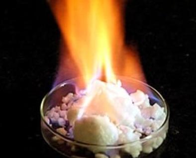 氷の中に溶け込んだメタンガスが勢いよく燃焼する。