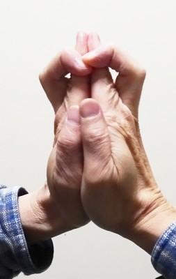 ここがちょっとコツが要りますが、「中指を曲げながら、人差し指の前に待ってくる」のです。これでカタチが整いました。